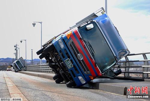 日本暴强超大台风刮倒大卡车