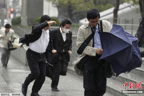 日本暴强大风影响居民出行