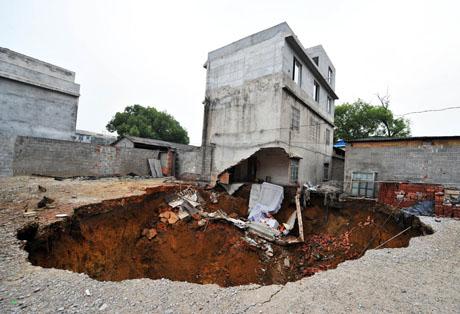广西柳州一村庄发生地面塌陷 1700多人转移